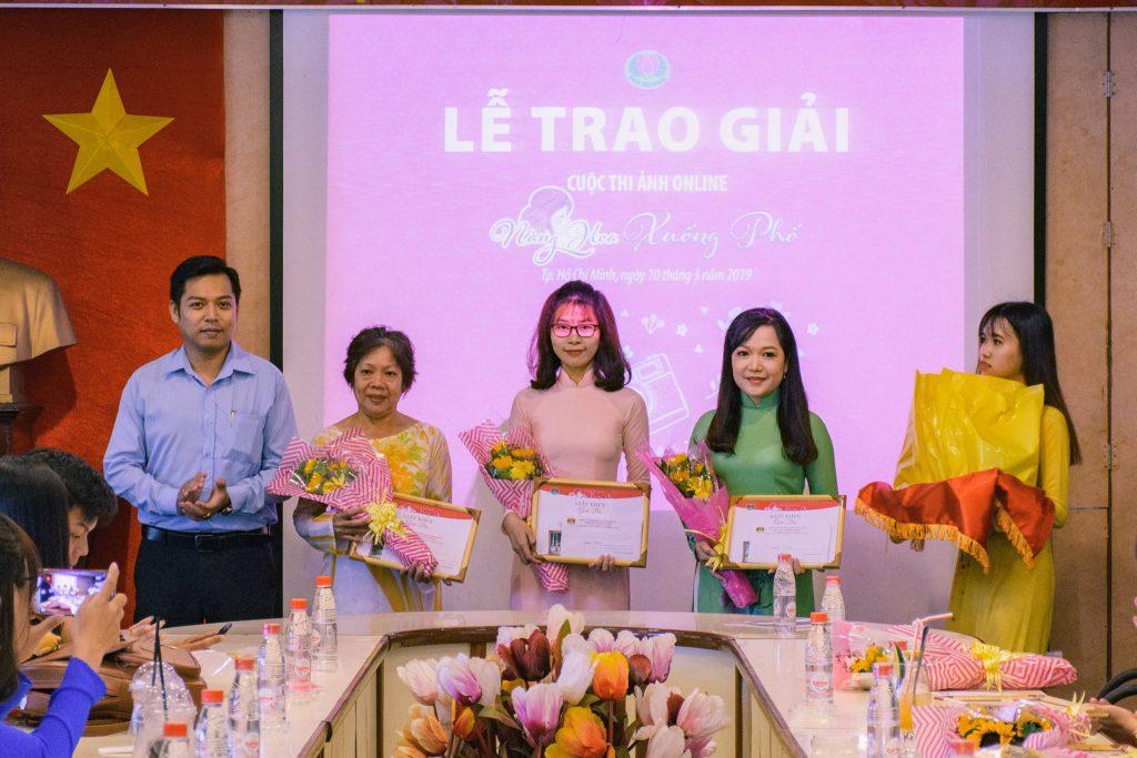 Ông Hà Thuận An trao giải