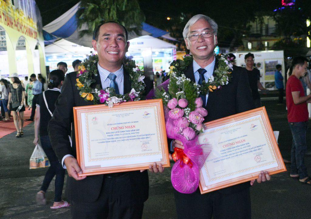 Ông Nguyễn Võ Kim Khôi (Giám đốc Vàm Sát) và ông Dư Hữu Danh (Giám đốc Đầm Sen) đại diện 2 đơn vị của Phuthotourist cùng nhận giải thưởng du lịch 2018